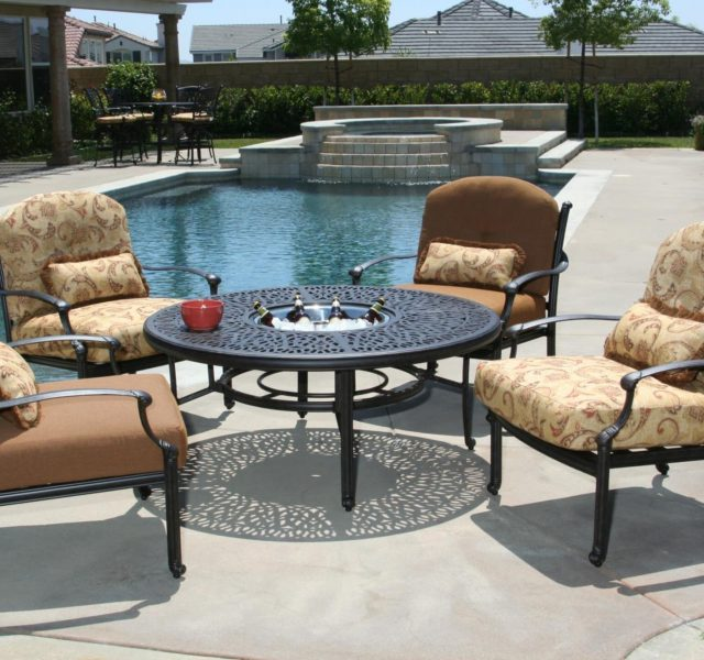 Outdoor lounge furniture in neutral colours