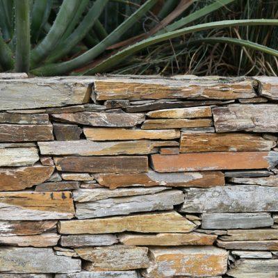 Natural flagstone retaining wall